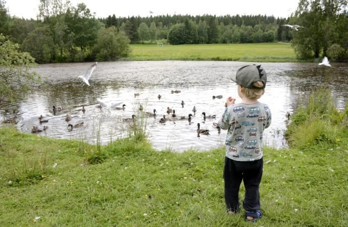 Lägg undan mobilen när barnen är vid vatten