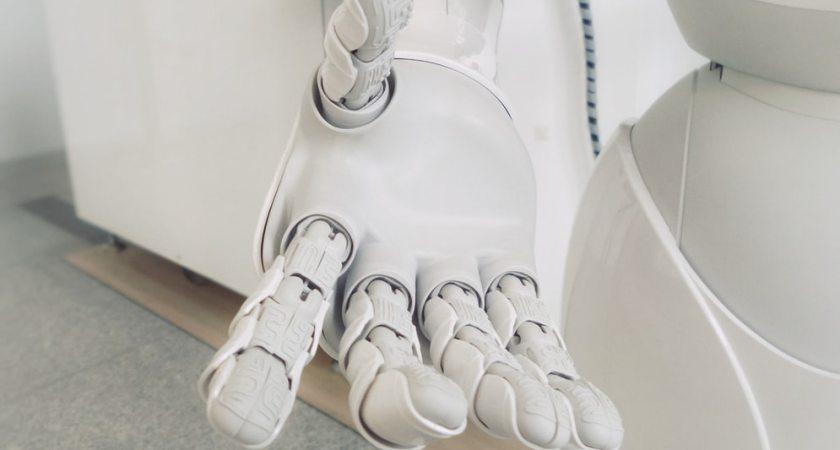 Sex av tio svenskar kan tänka sig att operera in AI i kroppen