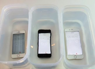 iPhone SE в воде