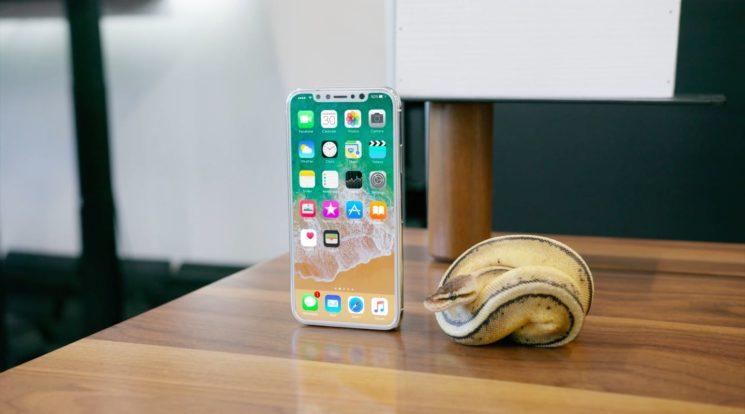 iPhone-8-mockup-Marques-Brownlee-005-745×414