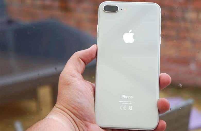 iPhone_8_Plus_In-Hand-780×536