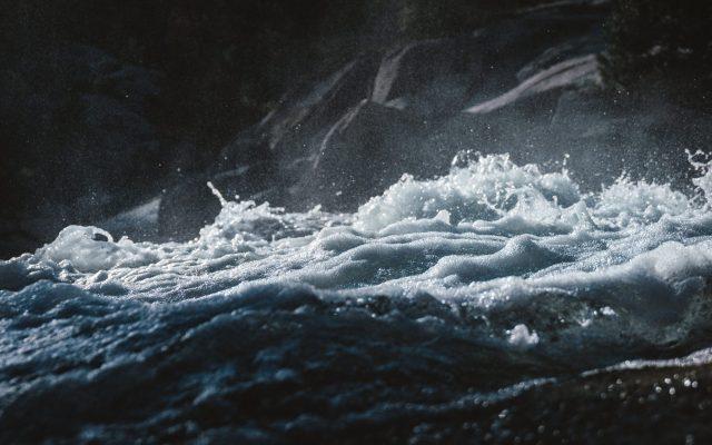 Rough_Seas_-_MacBook_Pro_Wallpaper