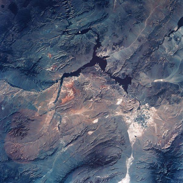 land-home-earth-soil-mountain-skyview-blue-ipad-pro-wallpaper-1472×1472