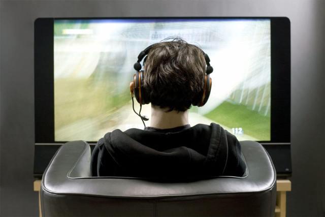 GettyImages-106748964-headphones-tv-58c06ef55f9b58af5c520063