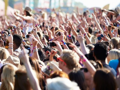 Halvdelen løber tør: Sådan undgår du at løbe tør for strøm på mobilen på festivalen