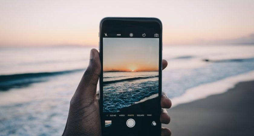 På väg på semester med mobiltelefonen eller paddan? Det här bör du tänka på för att vara säker
