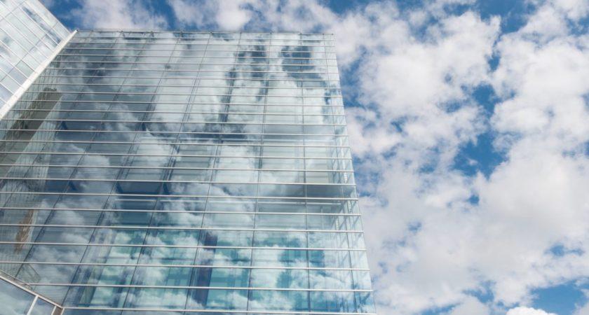 Stärker positionen i Sverige och satsar på fastighetsbranschen