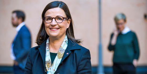 Anna Ekström tar emot utredning om en mer likvärdig skola