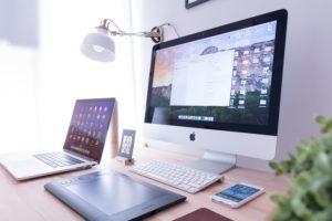 Das Bild zeigt verschiedene Apple-Elektronik. Das Unternehmen setzt zumindest teilweise auf nachhaltige Elektronik. Bild: Unsplash/Domenico Iona