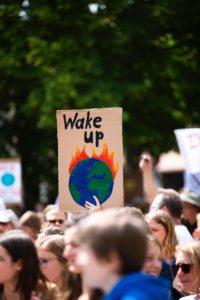 Das Bild zeigt ein Plakat der Fridays-for-Future-Bewegung, die regelmäßig für mehr Klimaschutz protestiert. Energieeffizienz ist eine wichtige Maßnahme. Bild: Unsplash/Markus Spiske