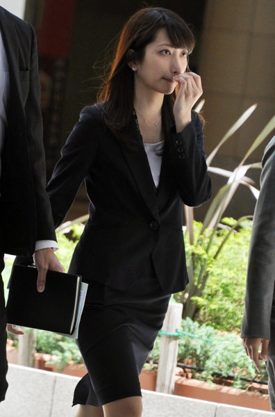 黒色スーツの笹崎里奈