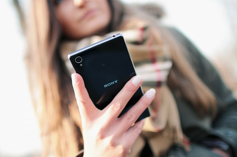 person-woman-hand-smartphone