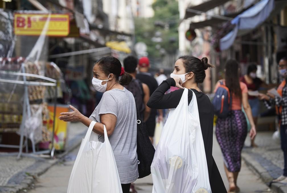 Lei que prevê multa para quem não usar máscara no RJ é regulamentada
