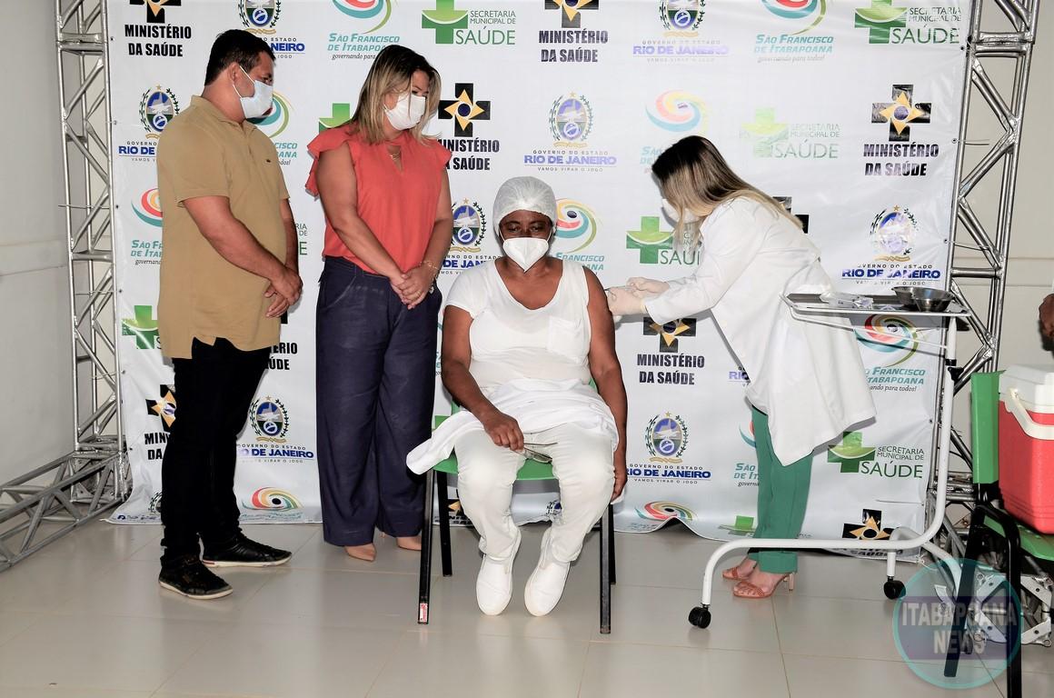 Auxiliar de enfermagem é a primeira a ser vacinada contra Covid-19 em SFI