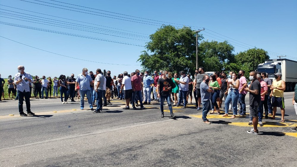 Comerciantes de Campos, RJ, fecham BR-101 em protesto a medidas mais restritivas de combate à Covid-19
