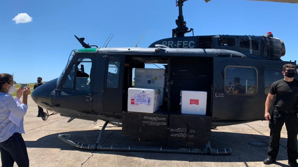 Helicóptero pousa em Campos com doses da CoronaVac para o Norte Fluminense