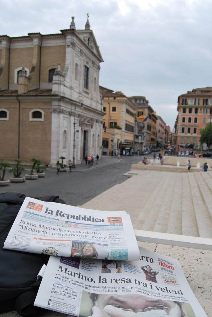 Roma, 9 ottobre 2015. I giornali titolano in prima pagina sulle dimissioni del sindaco di Roma Ignazio Marino. foto di Lorenzo Pasqualini, scattata presso Ara Pacis.