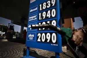 Spada - LaPresse 23 08 2012 Cronaca Benzina ad oltre 2 euro al litro ,massimo storico nella foto: una pompa di benzina con il prezzo superiore ai due euro