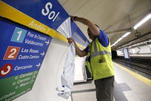 Retirada de los carteles de Vodafone. Estación Metro Sol. Foto: D. Sinova / Comunidad de Madrid