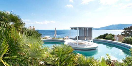 Вилла с бассейном со своим спуском к морю в Анседонии.