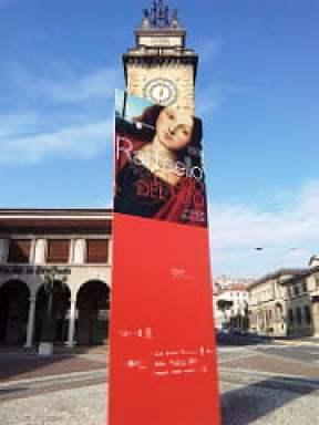 Torre di Bergamo con il pannello sulla mostra di Raffaello