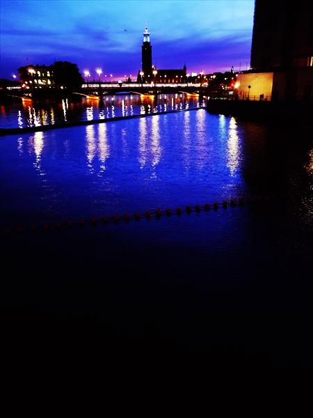 ストックホルムの港の夜景です。遠くにはノーベル賞晩餐会の開かれるストックホルム市庁舎です。
