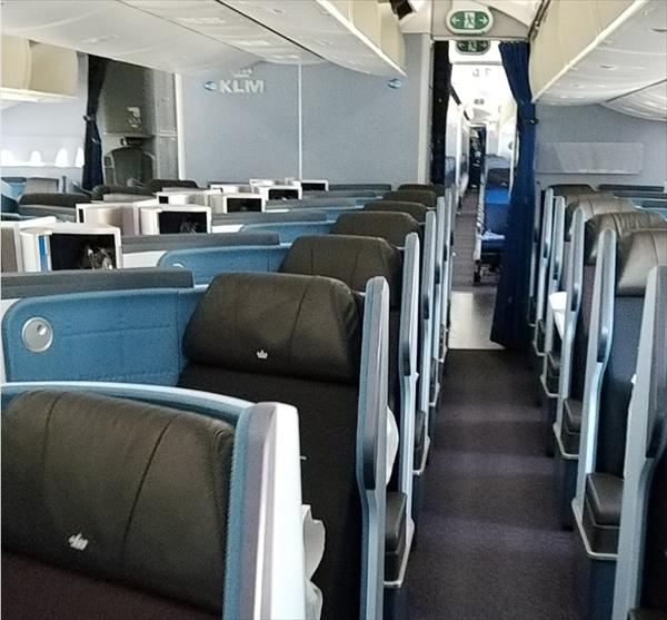 KLMオランダ航空の機内です。ブルー系のトーンで統一されています。