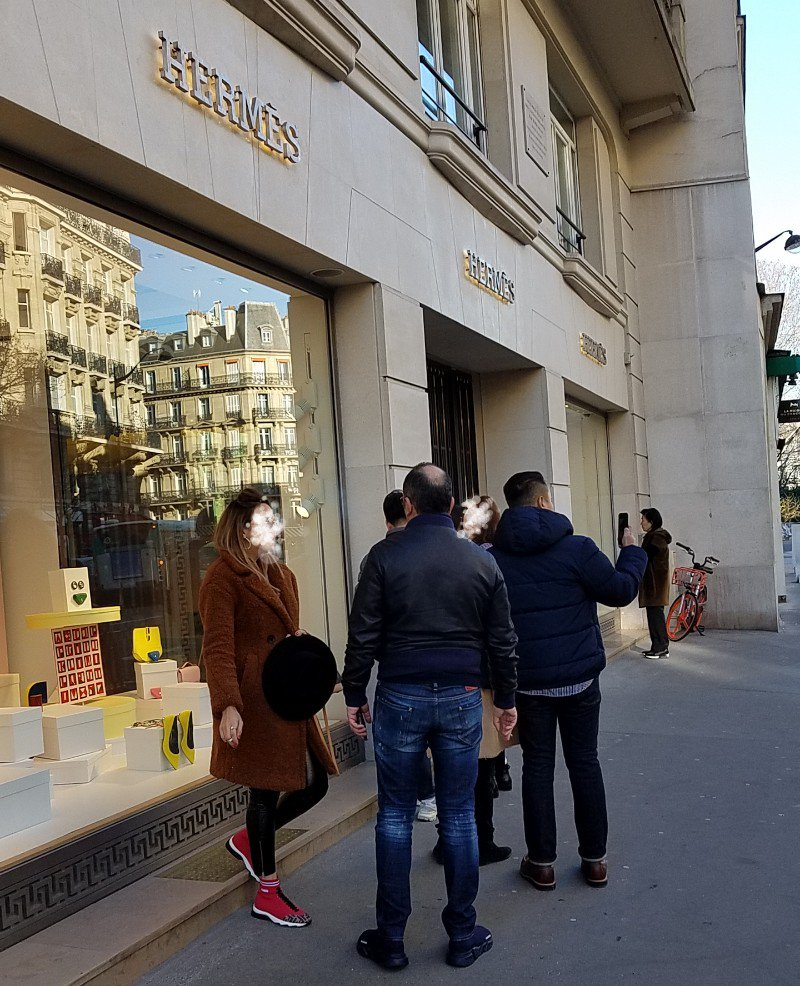 エルメスのパリ左岸店にピコタンロックを買いにきました。開店前に既にやや行列です。