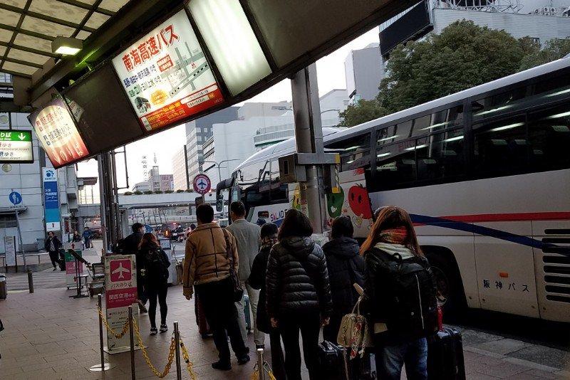 三宮発、関空行きのリムジンバスの乗り場です。列に並びましょう。