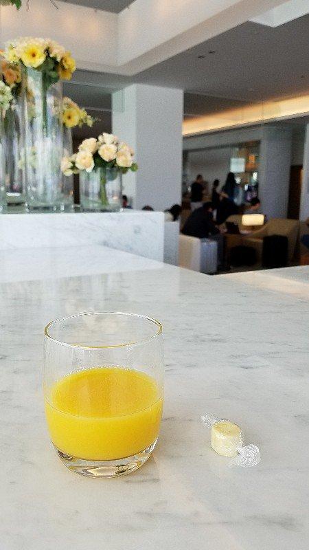成田空港のサクララウンジでオレンジジュースとチーズを頂きます。
