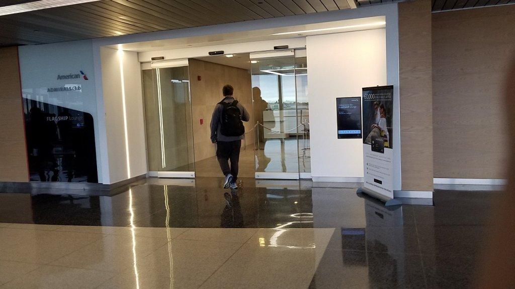 シカゴのオヘア空港にあるフラッグシップラウンジの入り口