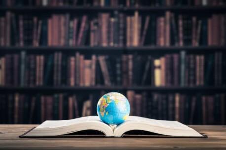 documento-piu-tradotto-al-mondo-world-globe-on-book