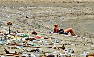 bali-kuta-beach-trash-with-girl-1-800x588