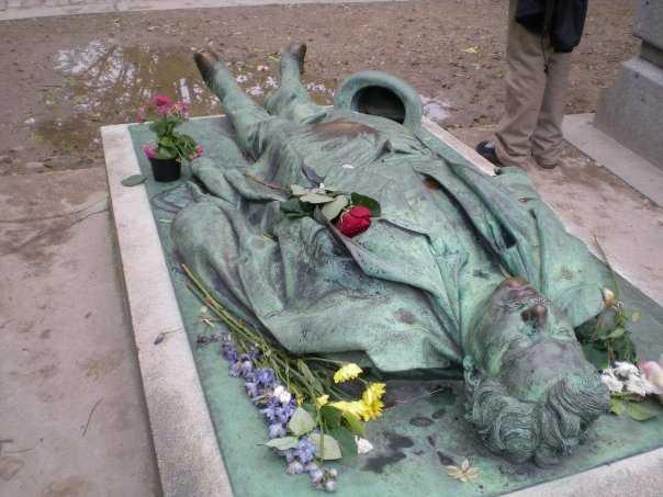 La statua di Victor Noir al cimitero del Père Lachaise
