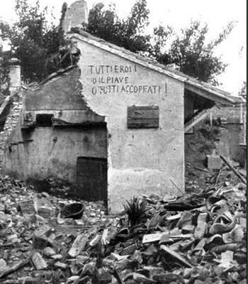 """Разрушенный дом в поселке Фагаре в области Венето. Надпись """"Tutti eroi! O Piave, o tutti accoppati""""."""