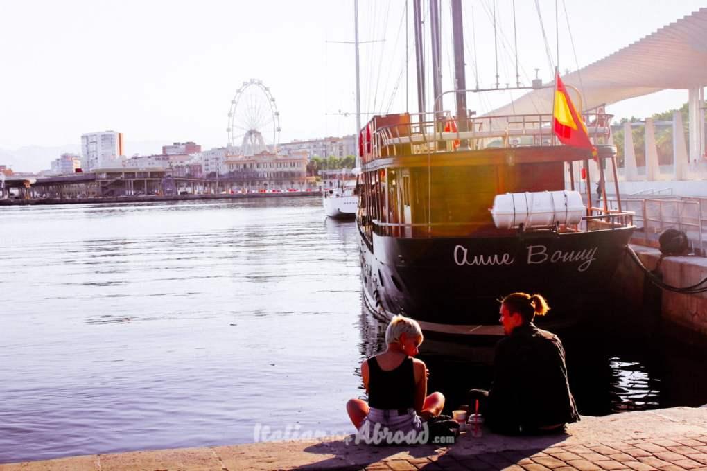 Aperitivo sul molo del porto di Malaga