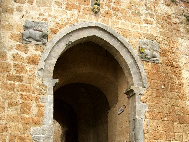 チヴィタの城門