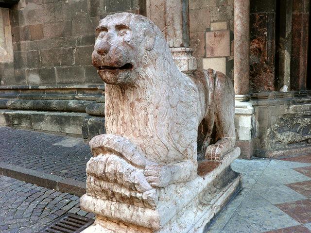 ボルツァーノのドゥオモを支えるライオン