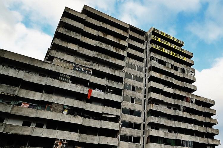 """NAPOLI - Quartiere Scampia, edificio del complesso residenziale noto come """"Le Vele"""". Foto: Flavio Ronco da Flickr"""