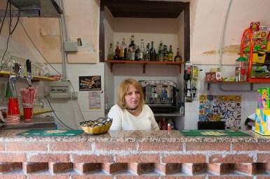 Mirella, 32 anni, è una ragazza rumena da 10 anni a Riace. Prima di lavorare nel bar di suo marito a Riace, si occupava dell'allevamento di mucche in una delle campagne calabresi. Ora ha due splendidi figli di 4 e 7 anni: Cosimo e Maria Cosimina.