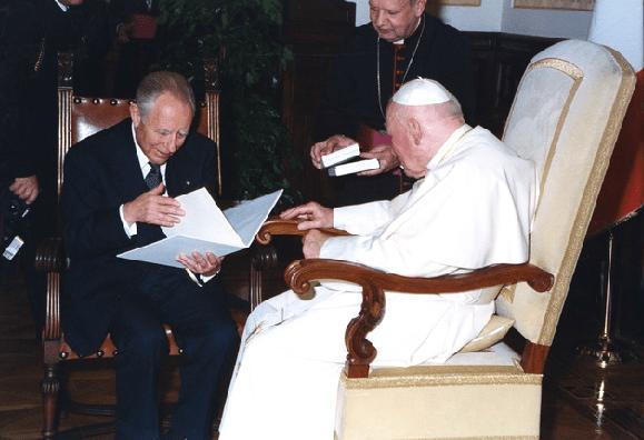 2002 - Con Sua Santità Giovanni Paolo II. (Da Flickr / Camera dei Deputati)