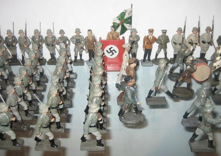 C'è chi difende il neonazismo in Italia nascondendosi dietro una bandiera.