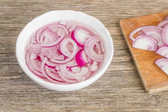 нарезать лук дольками - как приготовить Салат из фасоли с тунцом и луком