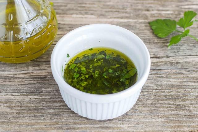 приготовить соус из петрушки, лимона и оливкового масла - Салат из фасоли с тунцом и луком