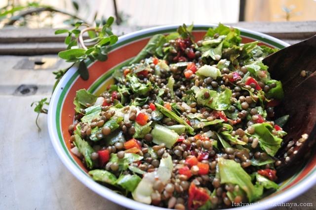 Богатый салат с чечевицей и портулаком