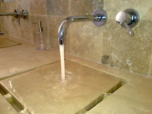 Lavabo in pietra con rubinetto.jpg