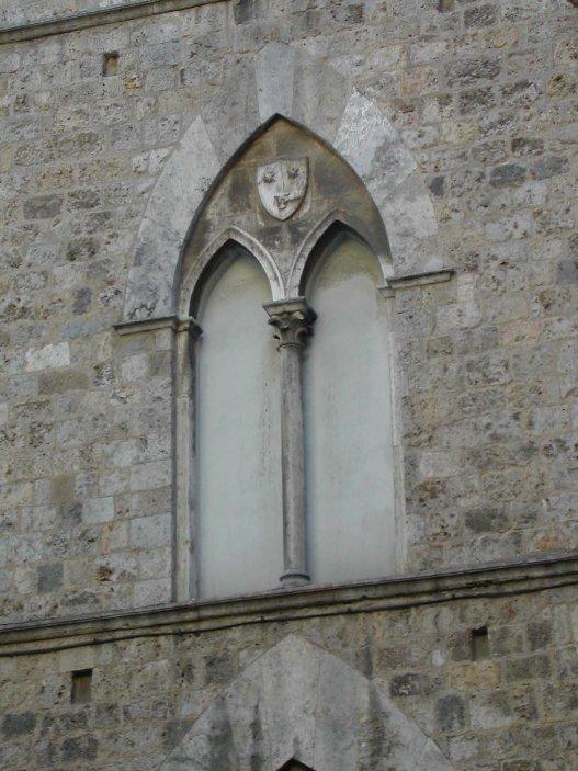 Bifora gotica in pietra di rapolano