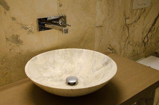 Lavabo in pietra, dallo stesso banco di cava da cui è selezionato il rivestimento