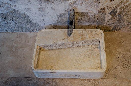 Lavabo con accessorio mobile in travertino toscano