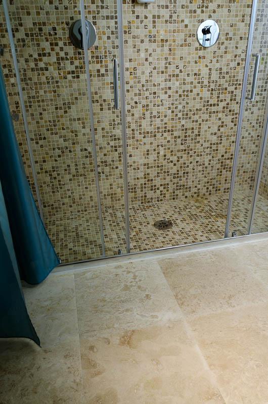 Hotel la residenza dell orafo tutti i bagni in pietra di rapolano - Doccia a pavimento mosaico ...